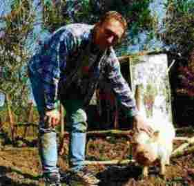 Landwirt Robert mit Wiesenauer Eber